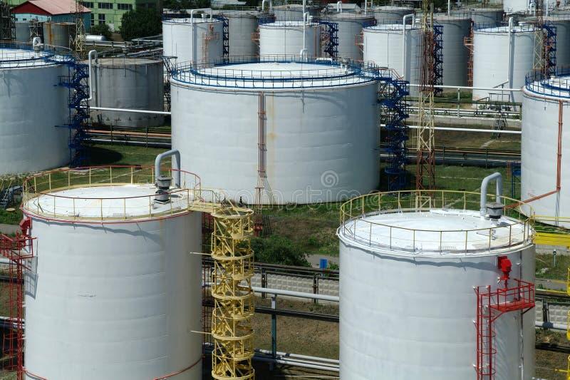 Grote industriële olietanks in een raffinaderijbasis royalty-vrije stock foto's