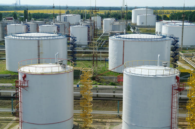 Grote industriële olietanks in een raffinaderijbasis stock afbeeldingen