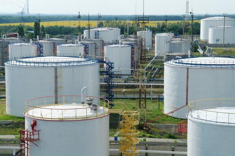 Grote industriële olietanks in een raffinaderijbasis stock foto