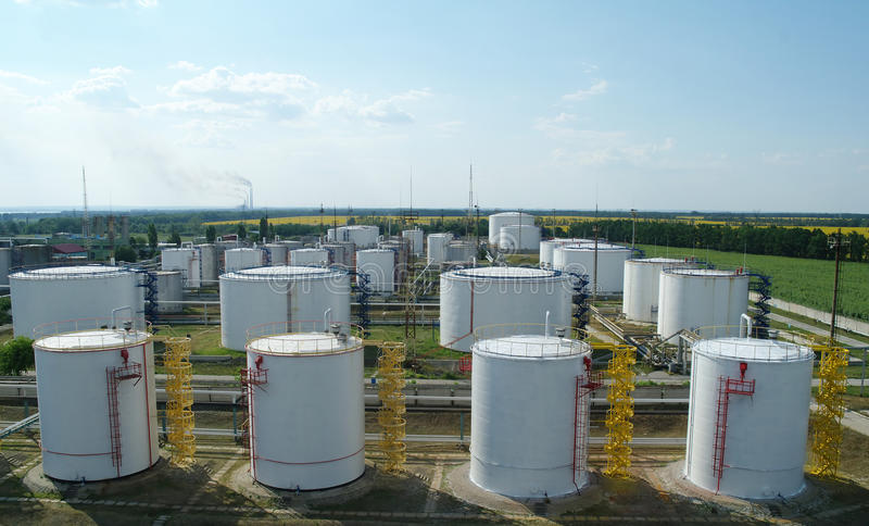 Grote industriële olietanks in een raffinaderijbasis royalty-vrije stock afbeelding