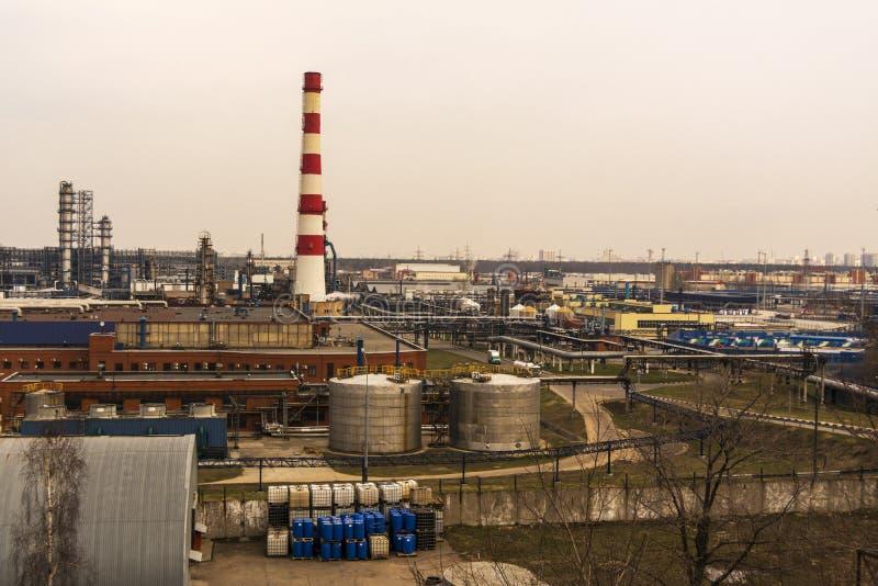 Grote industriezone met fabrieksgebouwen en pijpen stock foto's