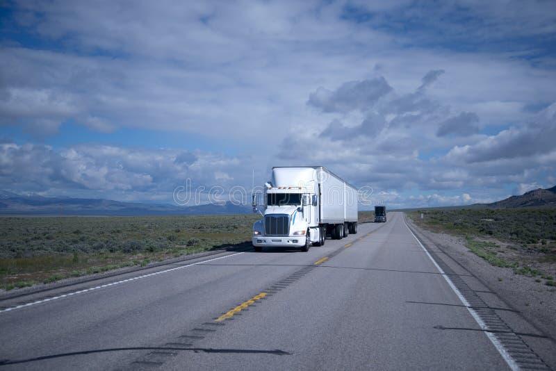 Grote installaties semi vrachtwagens zwart-wit op de weg van Nevada royalty-vrije stock foto