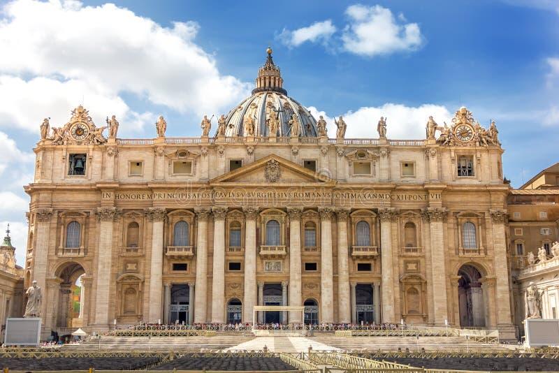 Grote Kathedraal van St Peter ` s in Vatikaan, Rome, voorgevelmening royalty-vrije stock afbeeldingen
