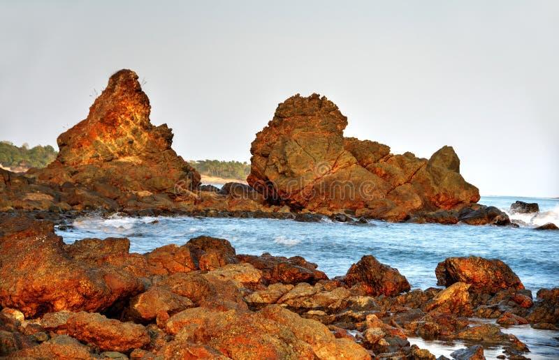 Grote keien die door oceaanwater worden gebaad stock fotografie