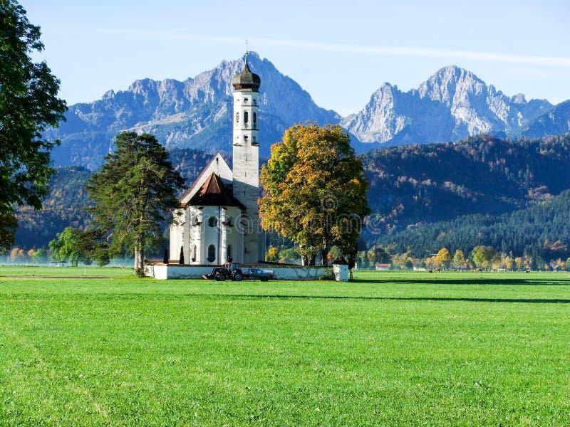 Grote kerk met grote bergachtergrond stock fotografie