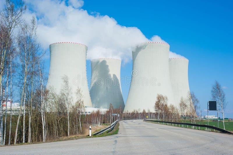 Grote kernenergieinstallatie stock afbeelding