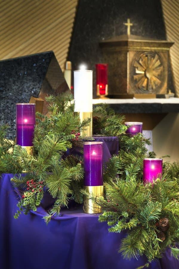 Grote Kerstmis Advent Wreath Candles voor Katholieke Kerkviering stock afbeelding