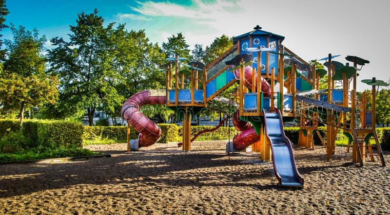 Grote kinderen & speelplaats#x27;s royalty-vrije stock foto