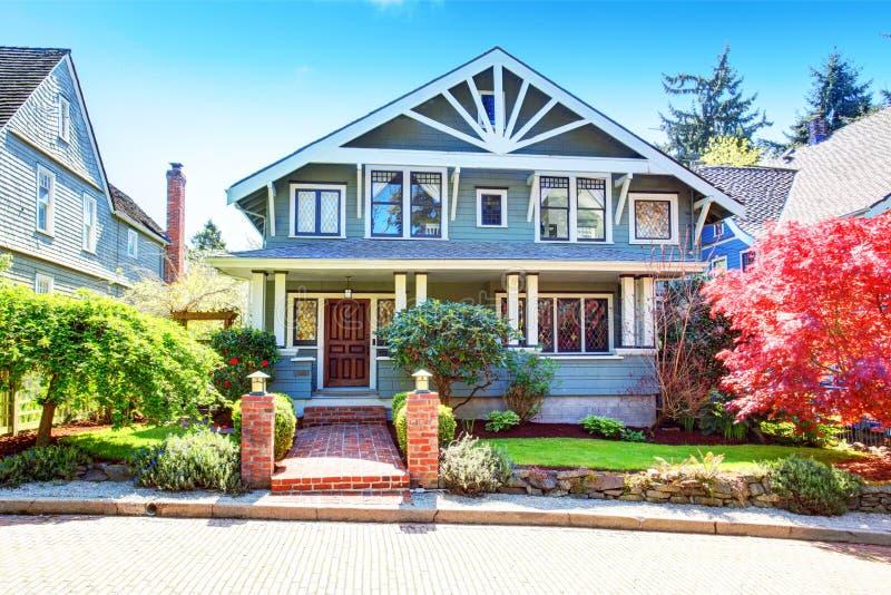 Grote klassieke Amerikaanse het huisbuitenkant van de luxe blauwe vakman royalty-vrije stock afbeelding