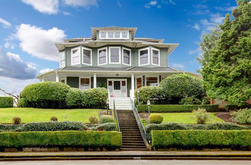 Grote klassieke Amerikaanse het huisbuitenkant van de luxe groene vakman. stock fotografie