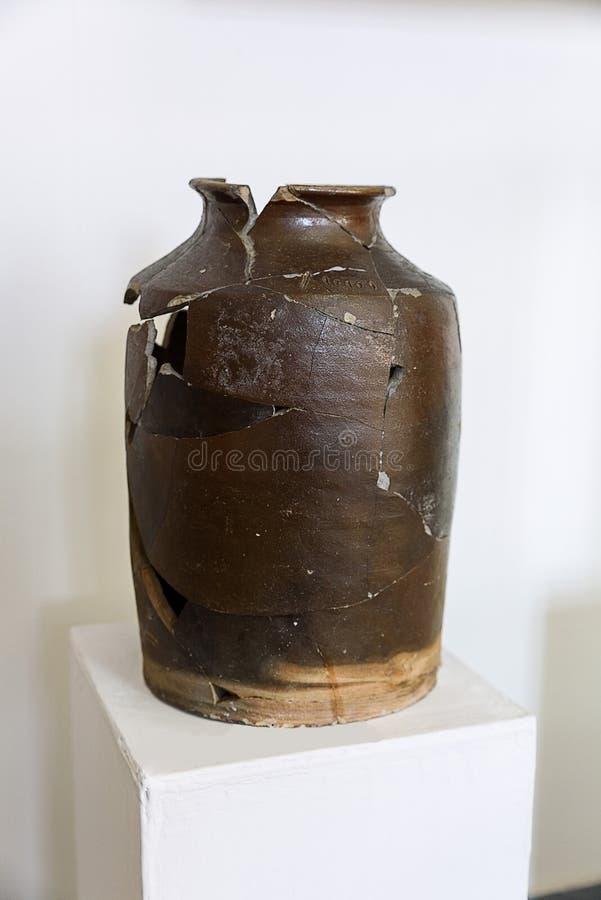 Welp Grote aardewerken pot stock afbeelding. Afbeelding bestaande uit VE-17
