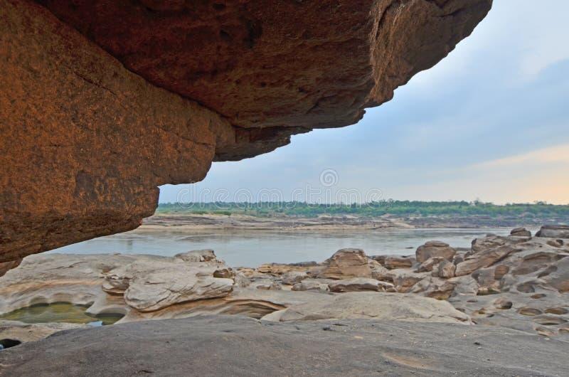 Grote klip en rotskust van de rivier met blauwe hemel stock foto