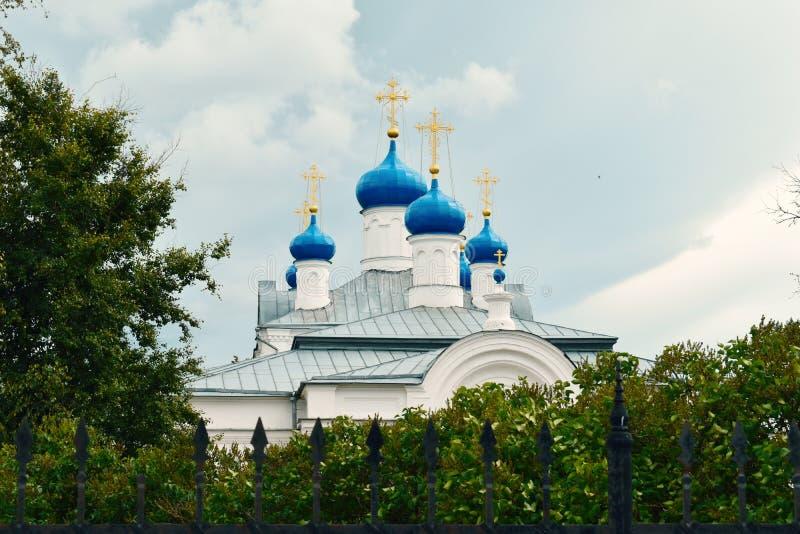 Grote klokketoren en koepels in Kerk stock foto