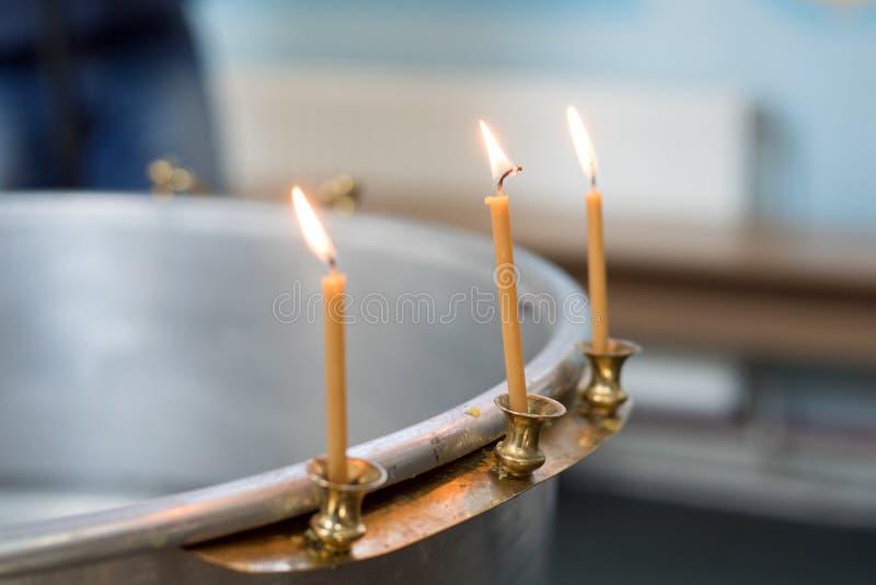 Grote kom water voor het doopsel van een baby met kaarsen orthodoxy Griekse Katholieken Macro stock fotografie