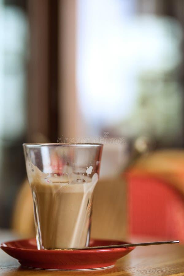 Grote kop van koffie latte op een lijst stock foto's