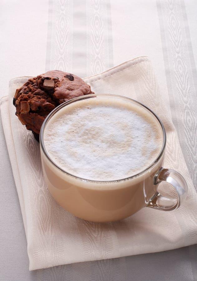 Grote kop van verse koffie latte cappucino en cake royalty-vrije stock foto