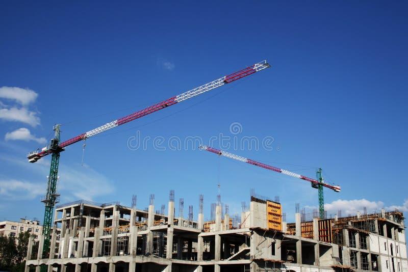 Grote kraan en de nieuwe bouw. stock afbeelding