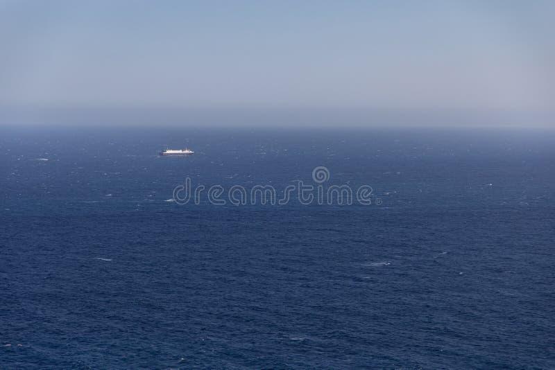 Grote kruiserboot ver op de horizon royalty-vrije stock afbeelding