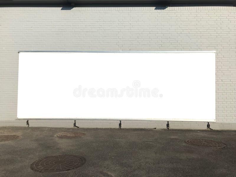 Grote lege affiche op de bakstenen muur stock afbeeldingen