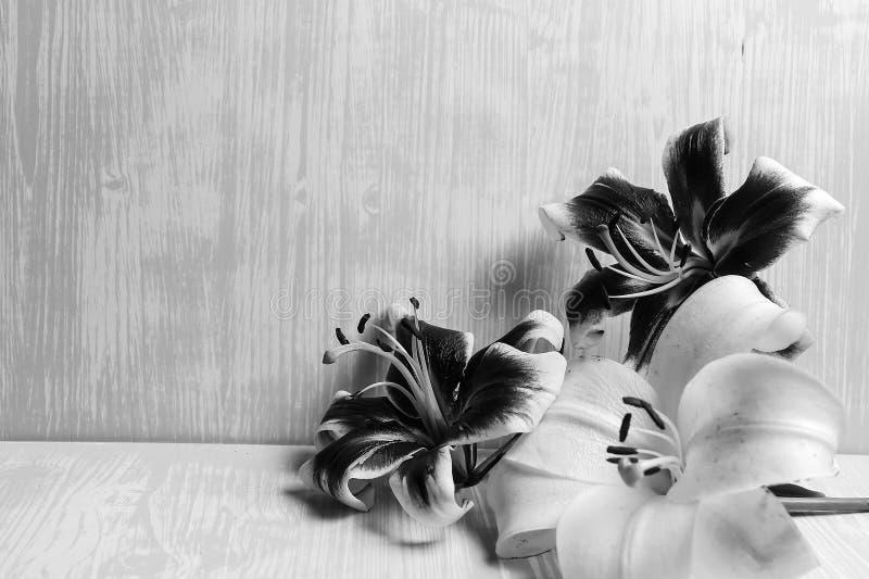 Download Grote Lelies Op Een Houten Lijst Stock Afbeelding - Afbeelding bestaande uit magenta, bloemen: 107700011