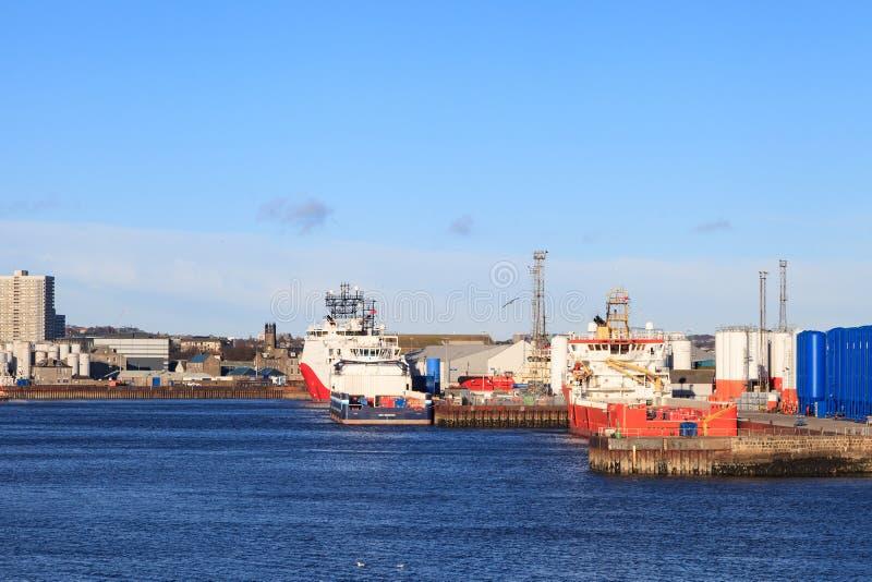 Grote leveringsboten in de haven van Aberdeen op 30 Januari 2016 stock afbeeldingen