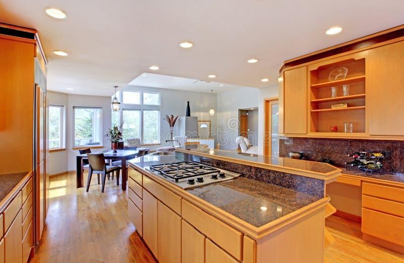 Grote luxe moderne houten keuken. stock afbeelding