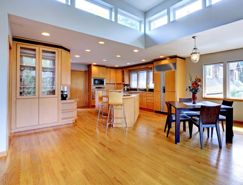 Grote luxe moderne houten keuken stock foto's