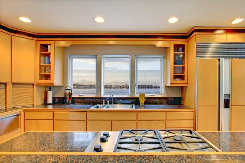 Grote luxe moderne houten keuken stock afbeeldingen