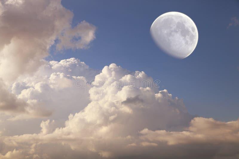Grote maan in de daghemel stock foto