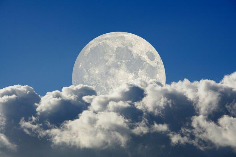 Grote maan en wolken stock fotografie