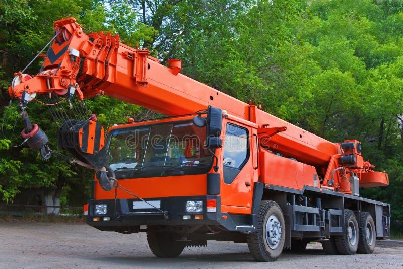 Grote Machts Mobiele Kraan op een weg en torenkraan in bouwwerf stock afbeelding