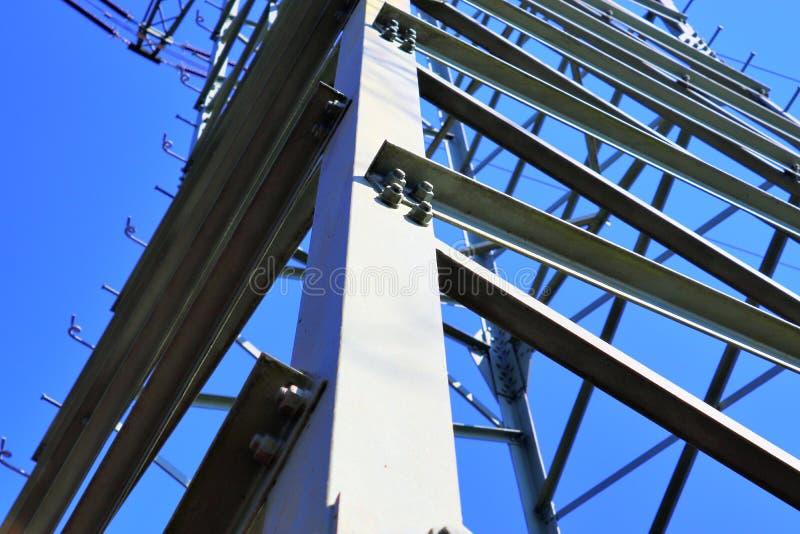 Grote machtspyloon die elektriciteit op een plattelandsgebied vervoeren royalty-vrije stock foto