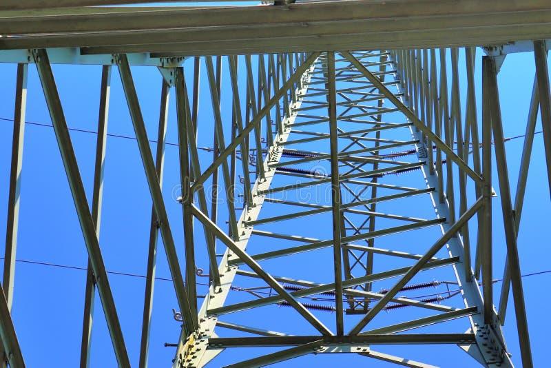 Grote machtspyloon die elektriciteit op een plattelandsgebied vervoeren stock foto's