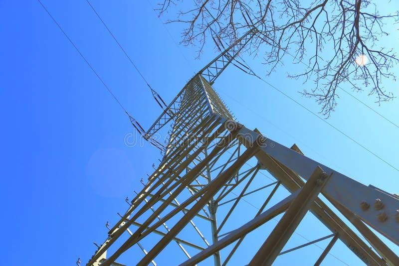 Grote machtspyloon die elektriciteit op een plattelandsgebied vervoeren stock afbeeldingen