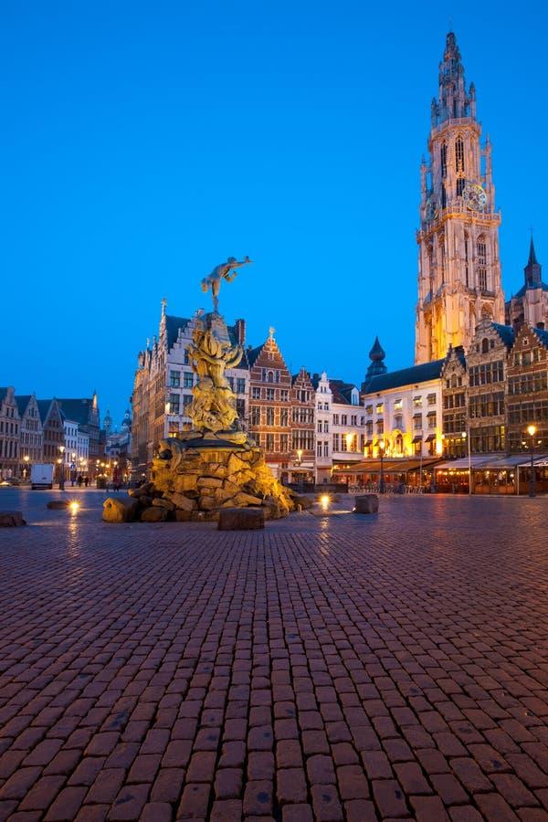 Grote Markt Amberes Brabo crepuscular Onze Lieve imagen de archivo