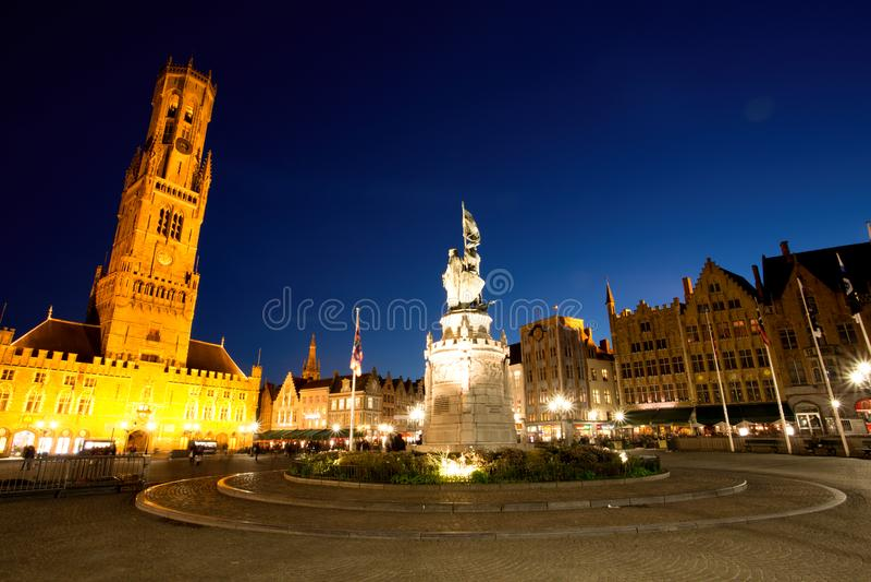 Grote Markt fyrkant i den medeltida staden Brugge på skymning royaltyfri foto