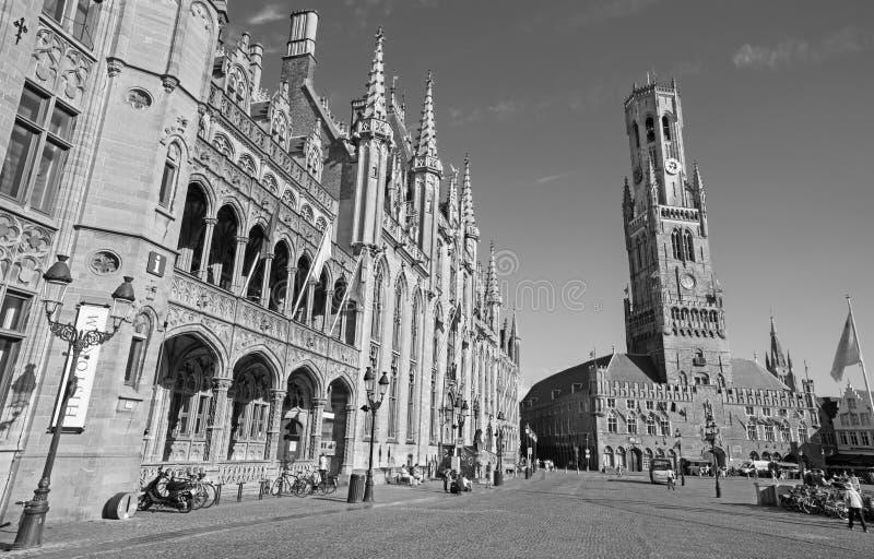 Grote markt med den Belfort skåpbilen Brugge och Provinciaal Hof byggnad royaltyfria bilder