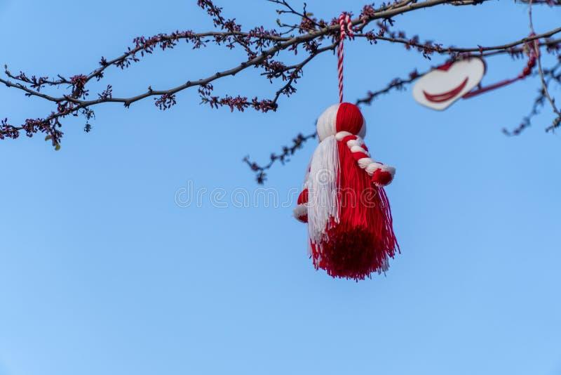 Grote Martenitsa op een boom met blauwe hemel op de achtergrond royalty-vrije stock foto