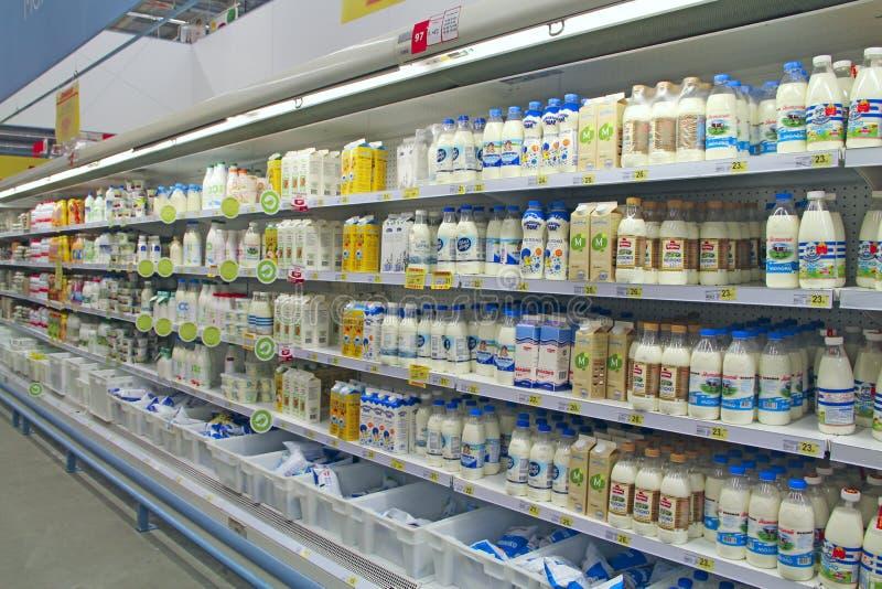 Grote melkachtige winkel Breed assortiment van melk in supermarkt Winkel van zuivelproducten stock fotografie