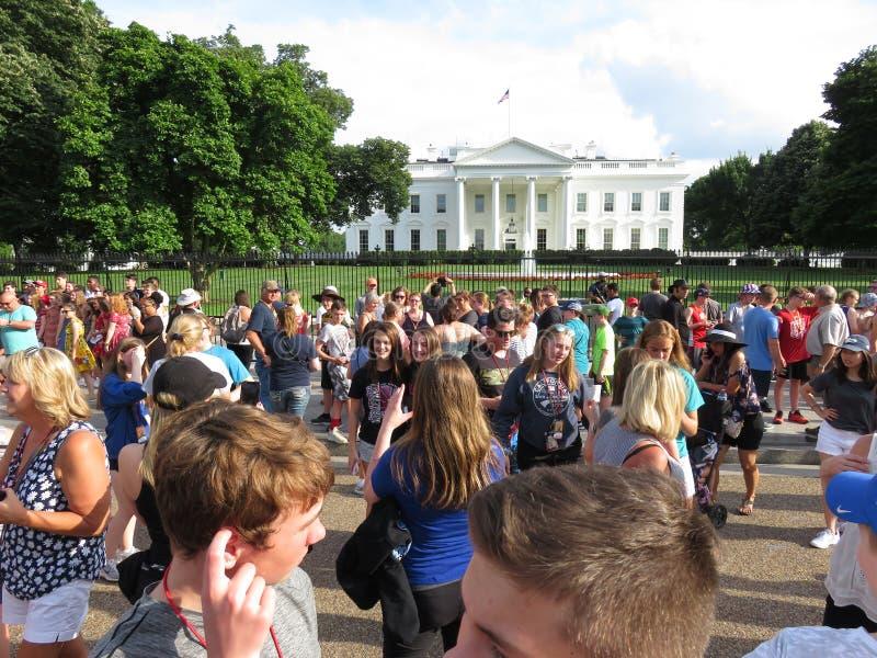 Grote Menigte van Mensen bij het Witte Huis in Juni stock foto