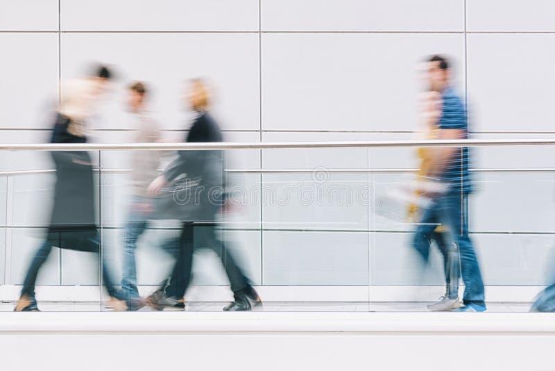 Grote menigte van mensen die in een schone futuristische gang lopen royalty-vrije stock foto's