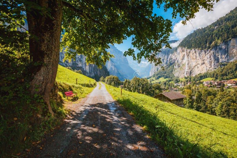 Grote mening van alpien dorp De Zwitserse alpen van de plaatsplaats, Lauterbrunnen-vallei, Europa Karpatisch, de Oekraïne, Europa stock foto's