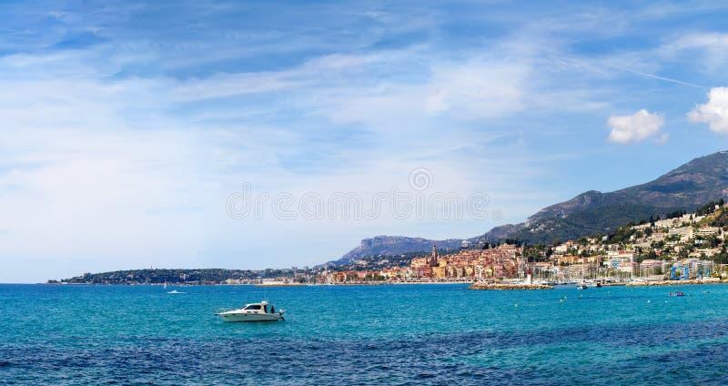 Grote mening van de Middellandse Zee en de stad van Menton stock afbeelding