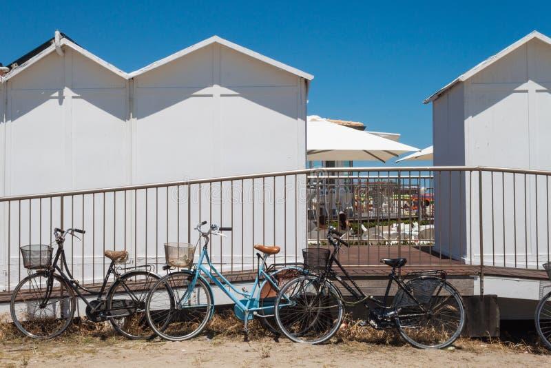 Grote mening van een groep fietsen en toiletten dichtbij het strand stock foto's