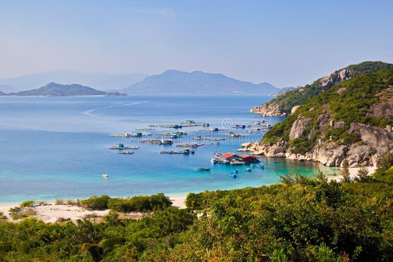 Grote mening van kust van het eiland Dit is één van de beste wateren in Vietnam voor visserij en toerisme stock afbeeldingen
