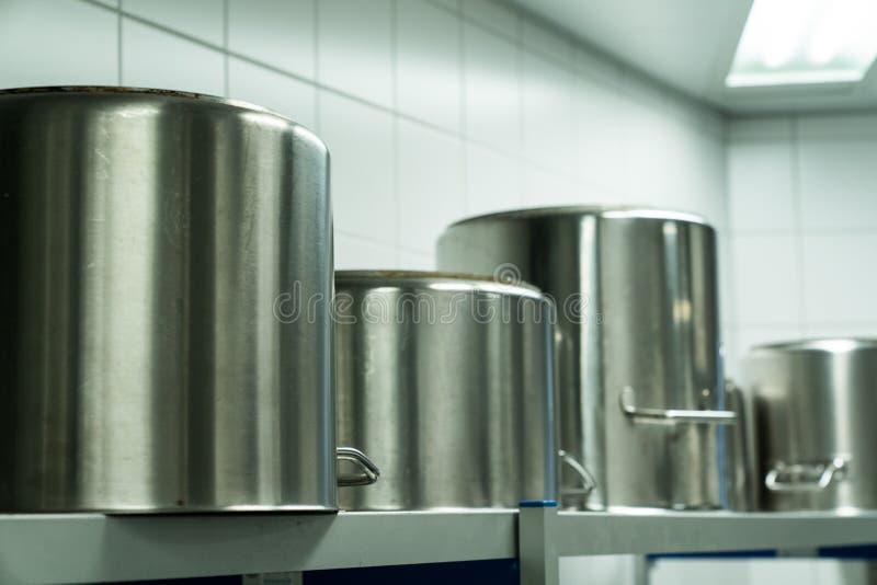 Grote metaal kokende potten in een industriële keuken royalty-vrije stock foto's
