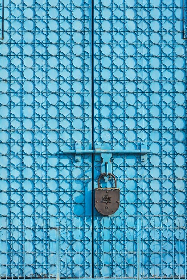 Grote metaalpoort van blauwe kleur met patronen stock foto's