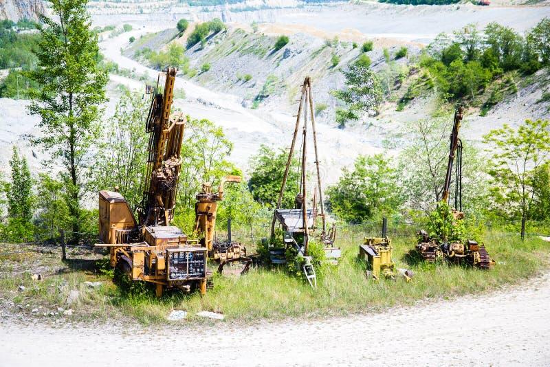 Grote mijnkuil met de machines van het mijnbouwgraafwerktuig royalty-vrije stock foto