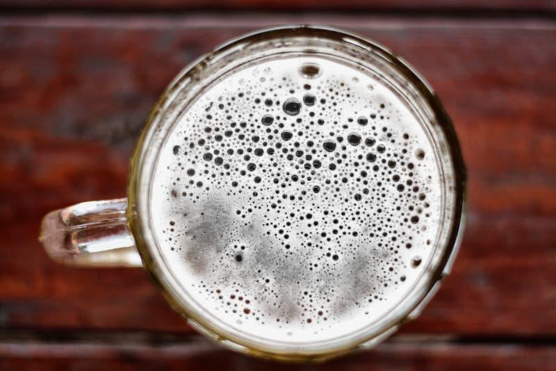 Grote mok bier met schuim en bellen hoogste mening royalty-vrije stock afbeeldingen