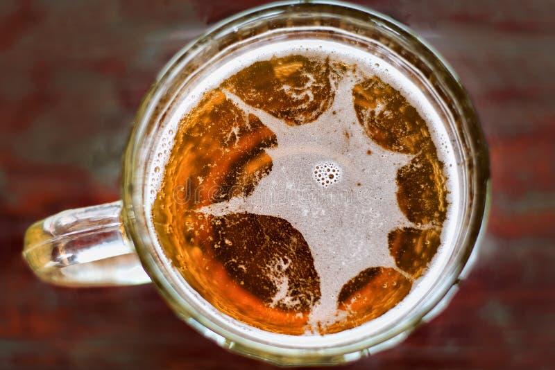 Grote mok van bier met schuim en bellen hoogste mening met de zon royalty-vrije stock fotografie